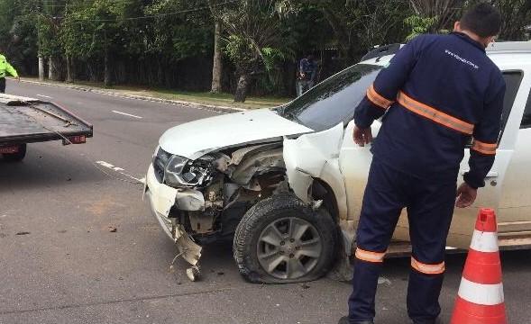 Motorista fica preso nas ferragens após bater em carro que desviava de ciclista, em Manaus