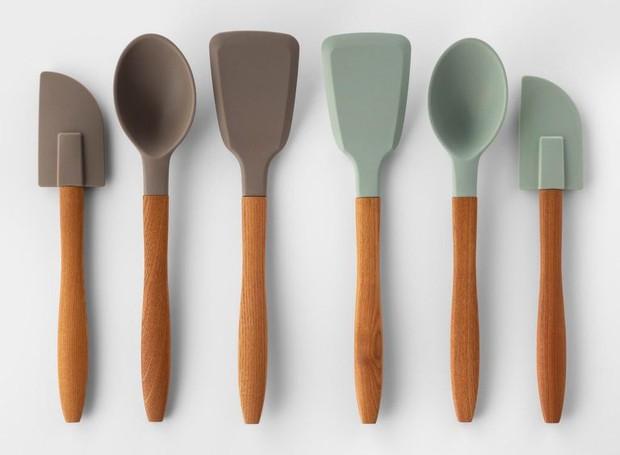 As colheres e espátulas possuem cabo de madeira e ponta de silicone (Foto: Target)