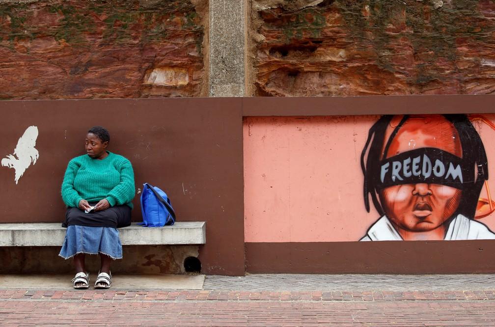 Uma mulher é vista ao lado de um mural enquanto partidos de oposição marcham pela remoção do presidente Jacob Zuma em Joanesburgo, na África do Sul — Foto: Mike Hutchings/Reuters