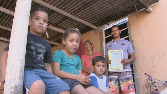 Justiça obriga 8 famílias a deixarem casas construídas perto de linha férrea em Ibaté