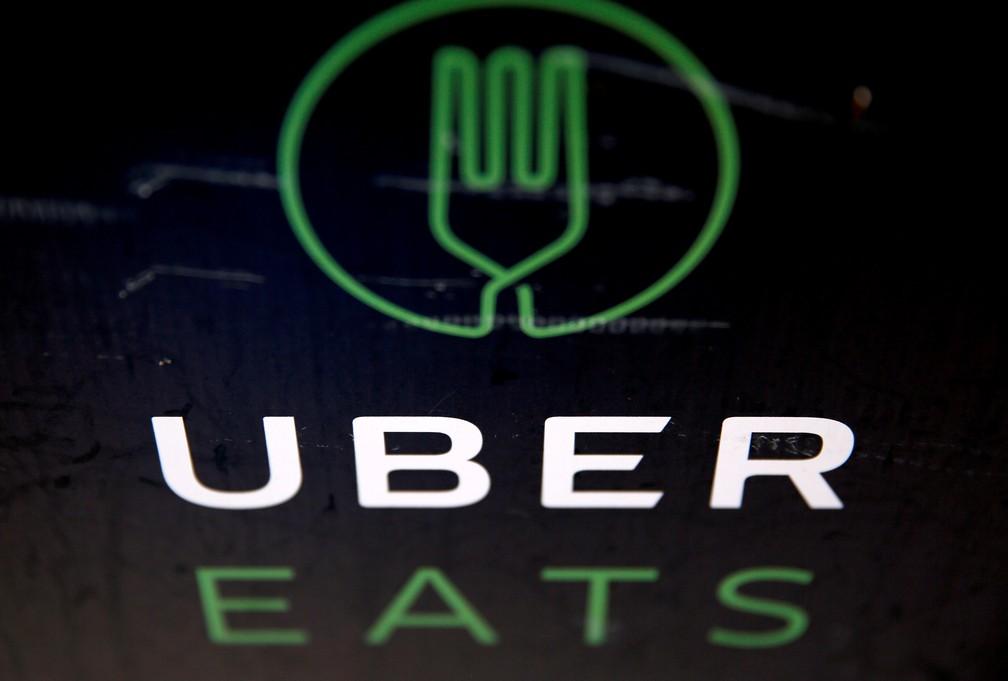 Pessoas com situação legalizada no Reino Unido abrem contas como entregadores em aplicativos como Uber Eats, Deliveroo ou Stuart, que estão entre os mais populares no país. — Foto: Neil Hall/Reuters