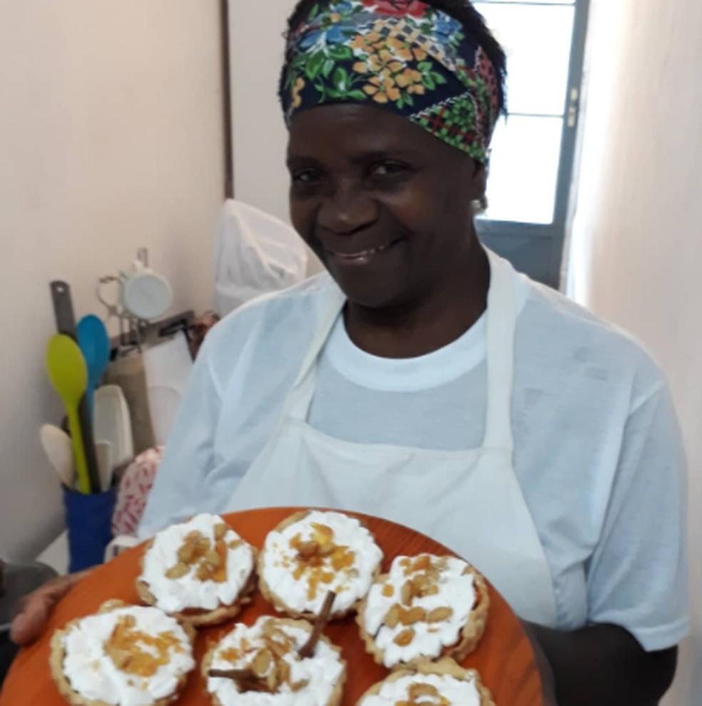 Diarista de São Gonçalo, na Região Metropolitana do Rio, se forma em culinária e aceita encomendas por perfil em rede social — Foto: Reprodução/Arquivo pessoal