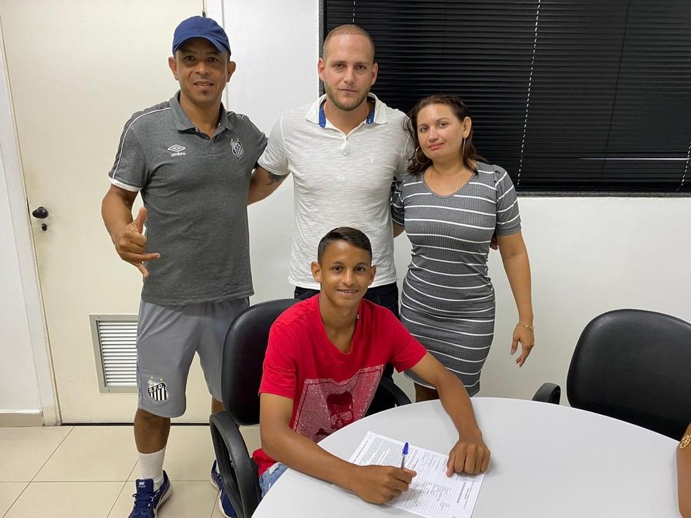 Patati assina contrato profissional com o Santos — Foto: Divulgação