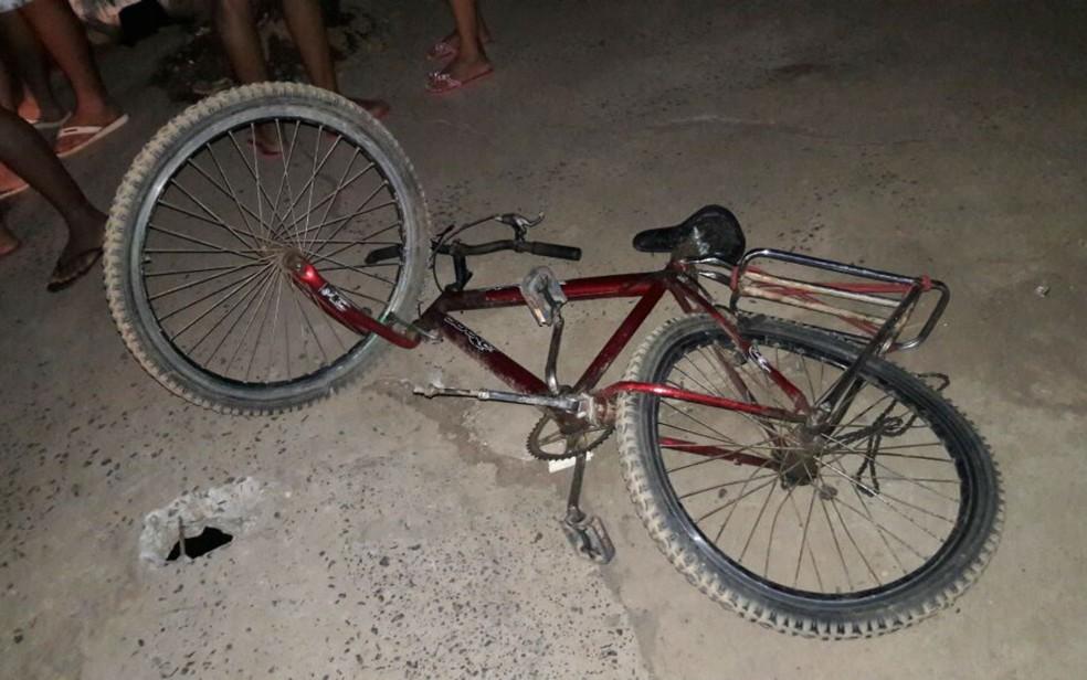 Bicicleta ficou destruída (Foto: Ivonaldo Paiva/ Blog Braga)