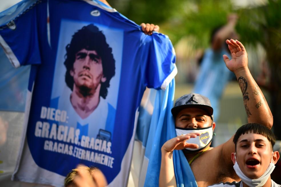 Argentinos se despedem de Maradona em Buenos Aires — Foto: RONALDO SCHEMIDT / AFP