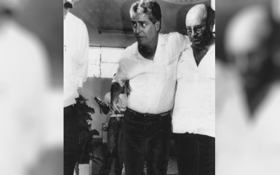 Comandante Murilo deixa hospital após ter sido  baleado na perna no desfecho do sequestro — Foto: José Paulo/AE