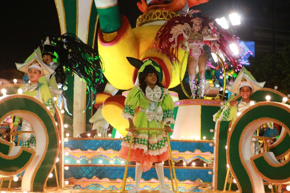 Carro da Império Serrano traduz o imaginário circense infantil — Foto: Rodrigo Gorosito/G1
