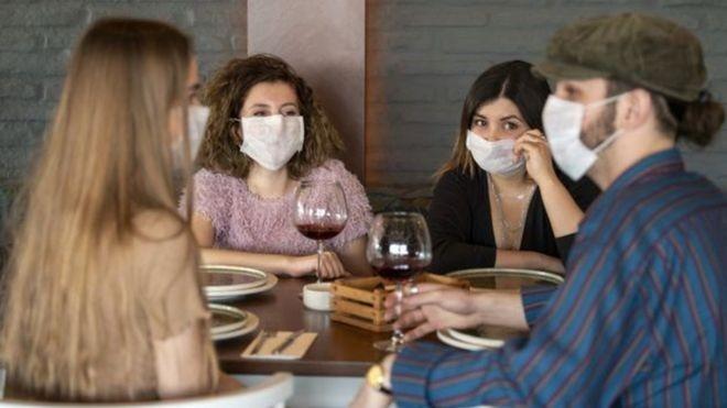 Recuperação da economia: governo britânico vai pagar metade da conta de quem comer em restaurantes
