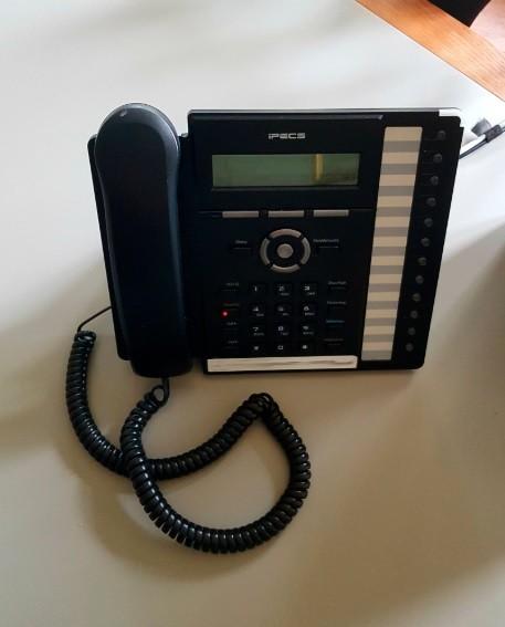Organizadores exibem o telefone em que realizaram a ligação para o vencedor (Foto: Reprodução)