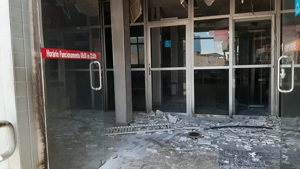 Agência bancária no bairro Compensa foi alvo de vandalismo neste domingo. — Foto: Rebeca Beatriz/G1 AM