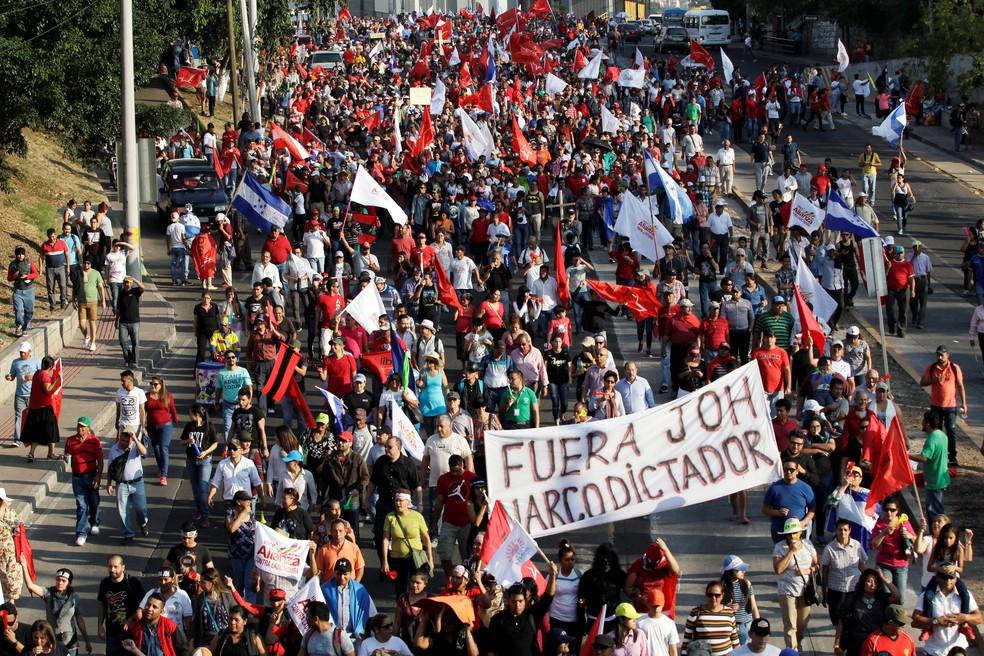 Pelo 20 pessoas ficaram feridas durante protesto em Tegucigalpa, em Honduras, nesta sexta-feira (12) (Foto: REUTERS/Jorge Cabrera)