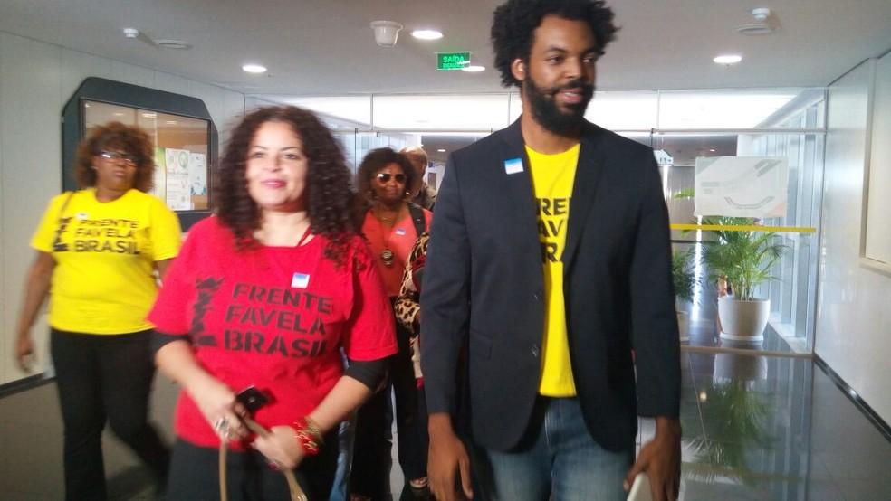 Os presidentes da Frente Favela Brasil, Patrícia Alencar e Wanderson Maia, chegam à seção de protocolo de partido do TSE (Foto: Vinícius Cassela, G1)