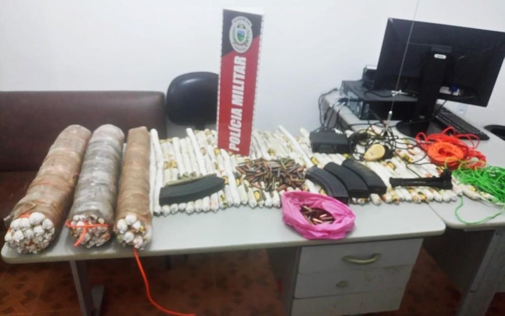 Explosivos, munições e carregadores foram encontrados em carros abandonados por criminosos (Foto: Elder Muderno/Polícia Militar)