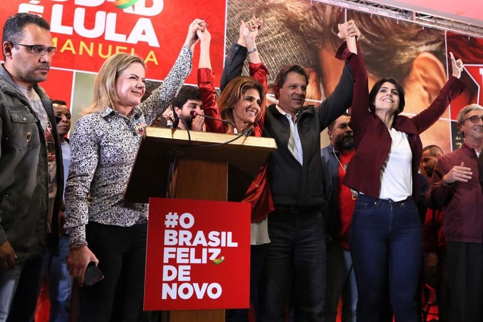 O candidato do PT à Presidência, Fernando Haddad, comemora ida ao segundo turno ao lado de aliados  — Foto: Celso Tavares/G1