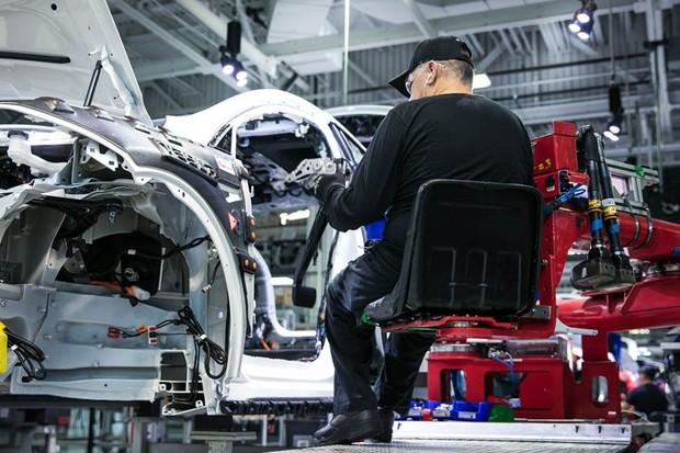 Trabalhador da Tesla em fábrica nos Estados Unidos (Foto: Divulgação/Tesla)