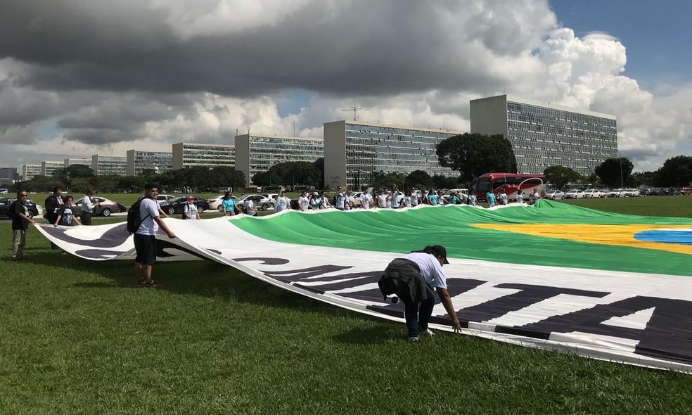 SOS Mata Atlântica colocaram um vaso sanitário inflável de 12 metros no gramado do Congresso (Foto: Lucas Vidigal/G1)