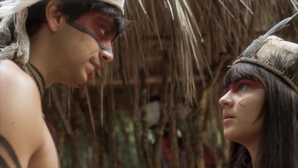 Piatã (Rodrigo Simas) deixa Jacira (Giullia Buscacio) à frente dos Tucaré durante luta dos índios contra brancos. Em 'Novo Mundo' — Foto: TV Globo