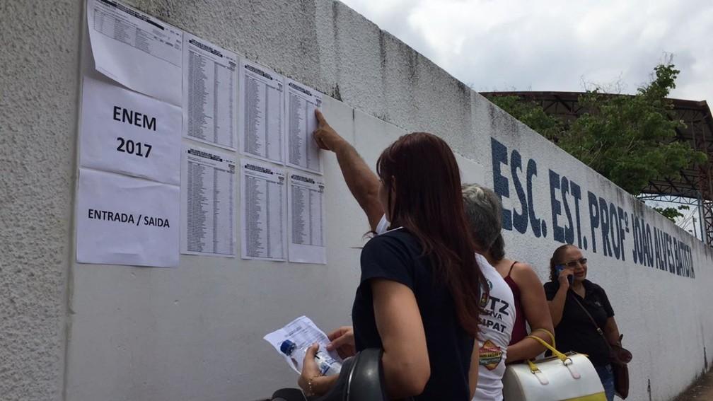 Estudantes procuram nomes em lista na porta de escola estadual em Araguaína (Foto: Lorena Aguiar/TV Anhanguera)