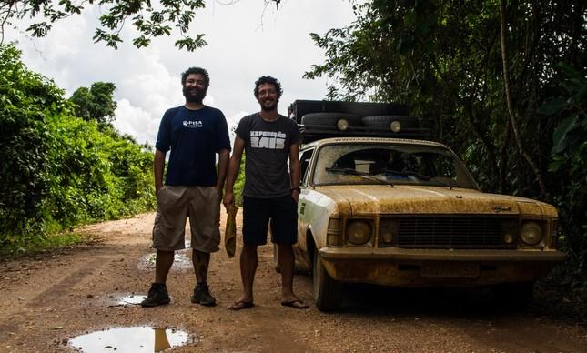 Os fotógrafos Otávio Lino e Marcio Sanches com sua Caravan 1976 no Pantanal
