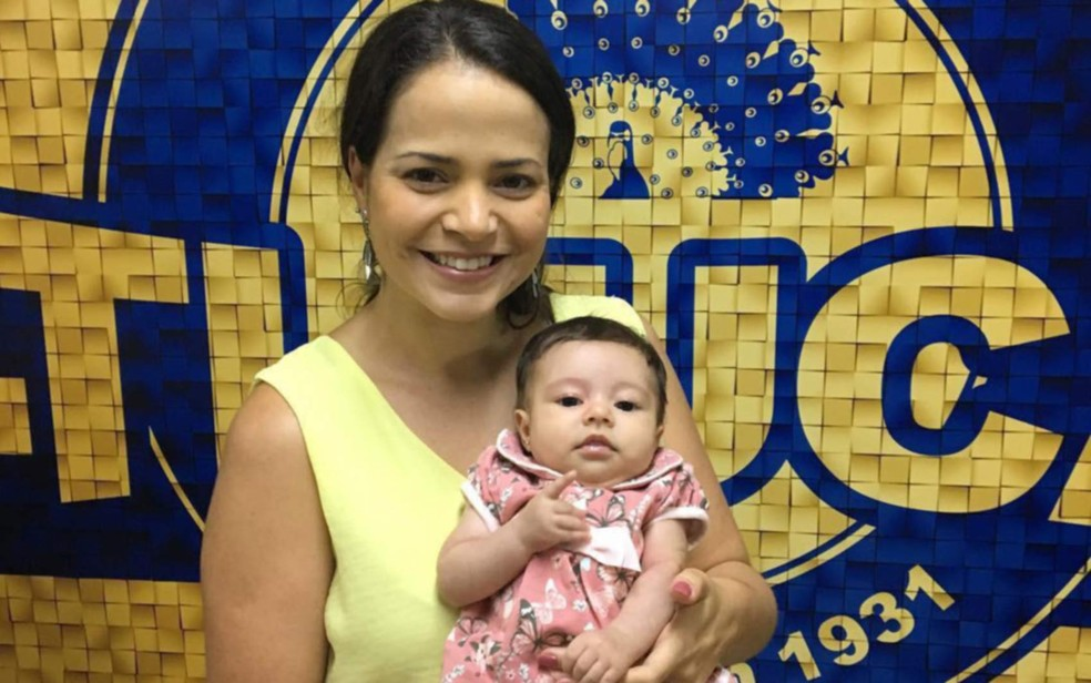 Até dezembro, a pequena Liz frequentava o barracão da Unidos da Tijuca, com a carnavalesca Annik Salmou — Foto: Arquivo Pessoal