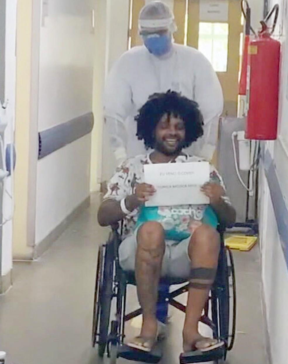 Luiz Inácio ao receber alta — Foto: Reprodução/TV Globo