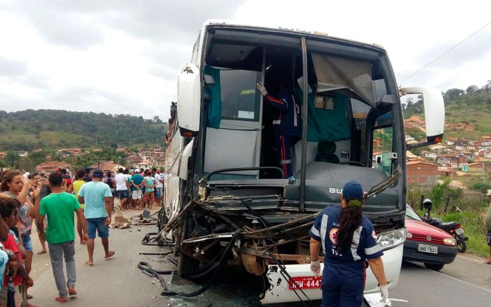 Acidente entre ônibus e carro deixou três mortos na Bahia (Foto: Giro Ipiaú)