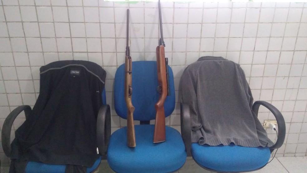 A polícia apreendeu duas espingardas durante a ação (Foto: Divulgação/PM)