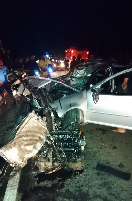 Motor do carro foi arrancado após bater em animais na TO-010, perto de Araguatins — Foto: Divulgação/Bombeiros