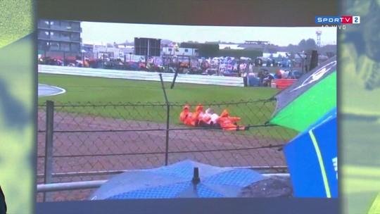 Por conta da chuva, fiscais brincam fingindo estarem remando na pista em Silverstone