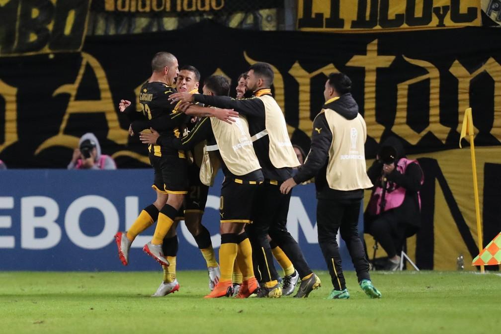 Jogadores do Peñarol comemoram gol em jogo da temporada 2019 — Foto: Raúl Martínez/EFE