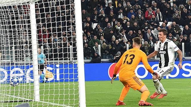 Livre na pequena área, Mandzukic apenas empurra a bola para o gol diante do goleiro brasileiro Neto