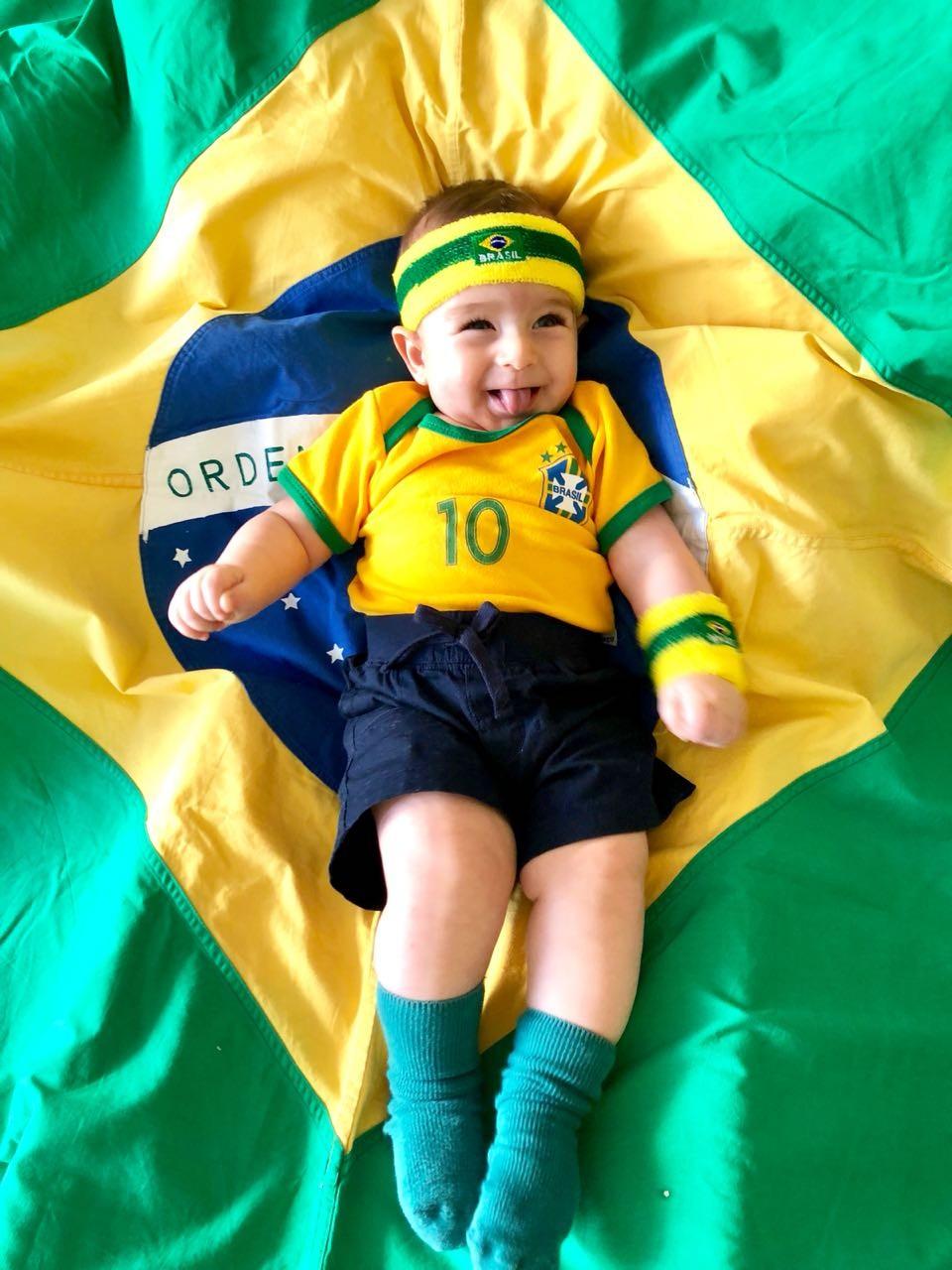 Jogador, torcedor e até árbitro de vídeo: bebê faz sucesso na web com fotos temáticas da Copa