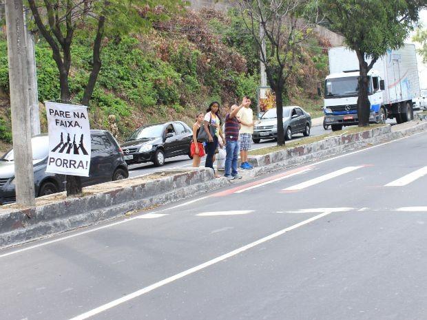 Pedestres fazem sinal para atravessar em faixa de pedestres na Avenida Rodrigo Otávio; segundo professor, atropelamentos são comuns no local (Foto: Rickardo Marques/G1 AM)