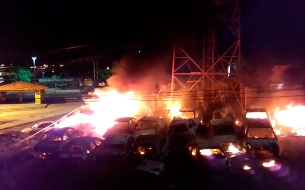 Jovem foi preso após provocar incêndio que atingiu 23 carros em delegacia na Bahia (Foto: Site Simões Filho Online)