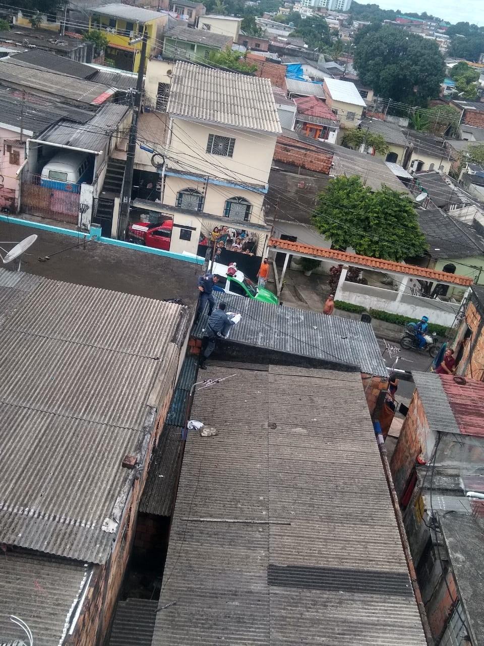 Morre recém-nascida abandonada em telhado de casa em Manaus