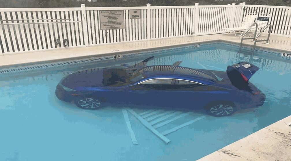 Motorista esquece de puxar freio de mão, e carro cai em piscina nos EUA (Foto:  Okaloosa County Sheriff's Office/Facebook)