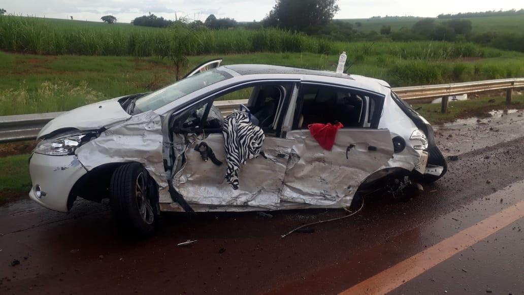 Batida entre dois carros deixa motorista ferido em rodovia no interior de SP