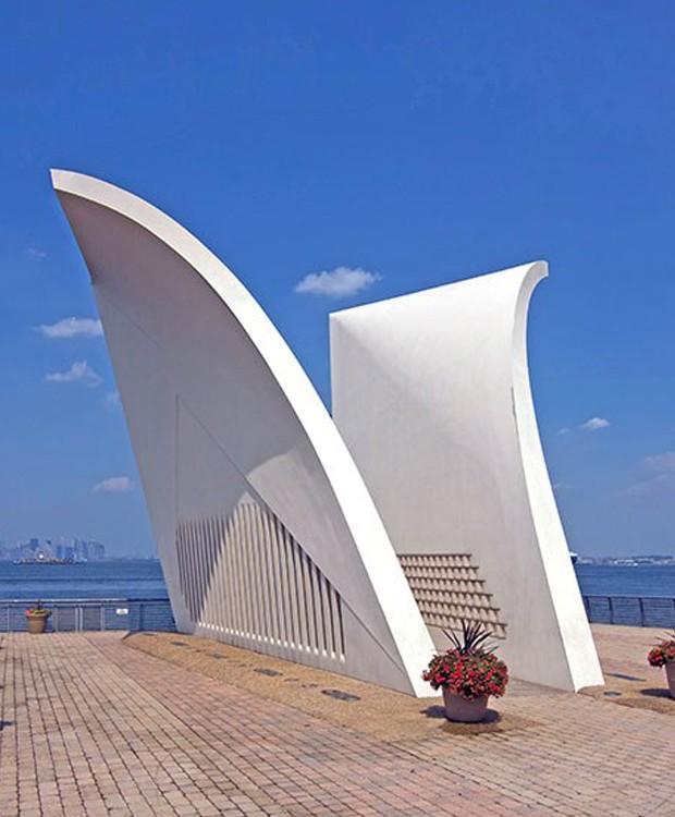 O monumento é em forma de cartão postal para os familiares das vítimas (Foto: Alamy/ Reprodução)
