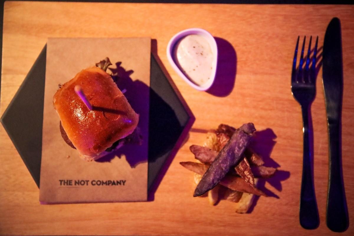 Porção da NotMayo, ao lado de um hambúrguer da NotCo, este ainda em fase de desenvolvimento  (Foto: Divulgação)