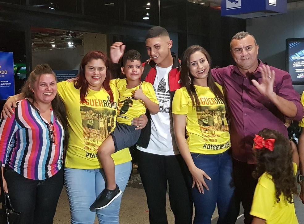 Dyogo com a família após o desembarquem em Fortaleza — Foto: Rafaela Duarte/Sistema Verdes Mares
