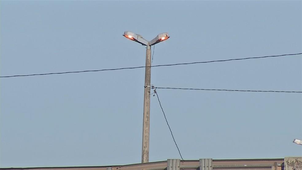 Postes de iluminação apenas ligam durante o dia, quando não são necessários (Foto: TVCA/Reprodução)