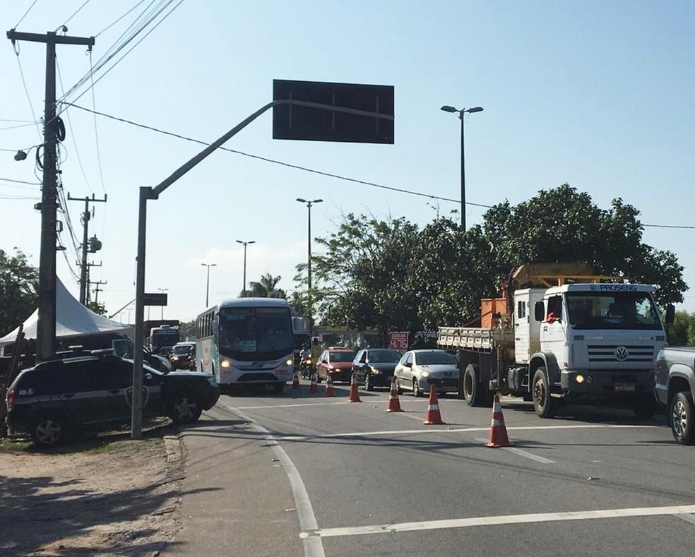 Operação Natal Segura começou na manhã desta sexta (14). Via de acesso à ponte Newton Navarro, na Zona Norte da cidade, é um dos locais onde os policiais montaram barreira de fiscalização — Foto: Mariana Rocha/Inter TV Cabugi