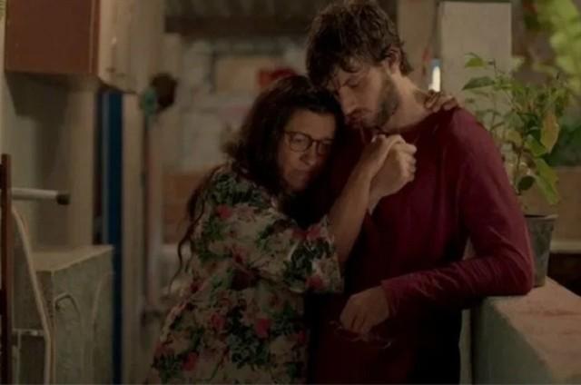 Regina Casé e Chay Suede interpretam, em 'Amor de mãe', Lurdes e Danilo/Domênico (Foto: Reprodução/Globo)