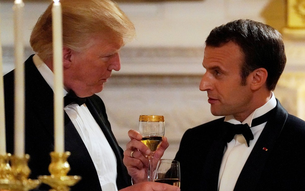 O presidente francês Emmanuel Macron e o presidente americano Donald Trump brindam durante jantar de Estado na Casa Branca (Foto: Reuters/Carlos Barria)