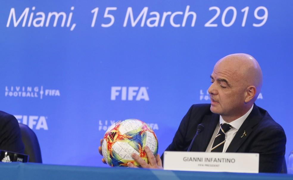 Gianni Infantino, presidente da Fifa, informou sobre a mudança — Foto: AFP