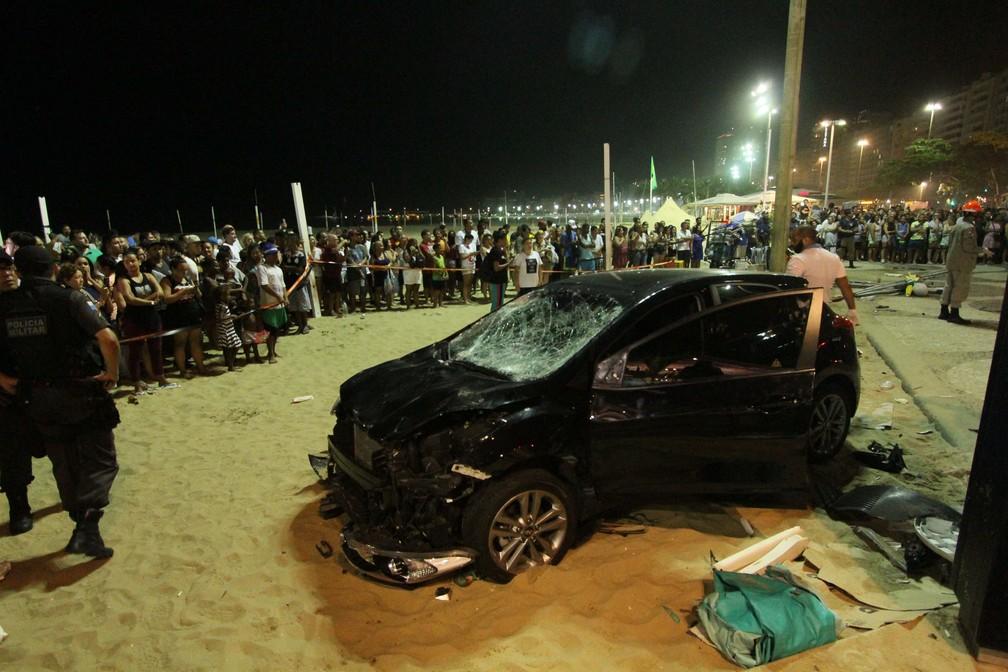 Carro invade calçadão e praia em Copacabana no Rio de Janeiro (RJ), nesta quinta-feira (18) (Foto: JOSE LUCENA/FUTURA PRESS/ESTADÃO CONTEÚDO)