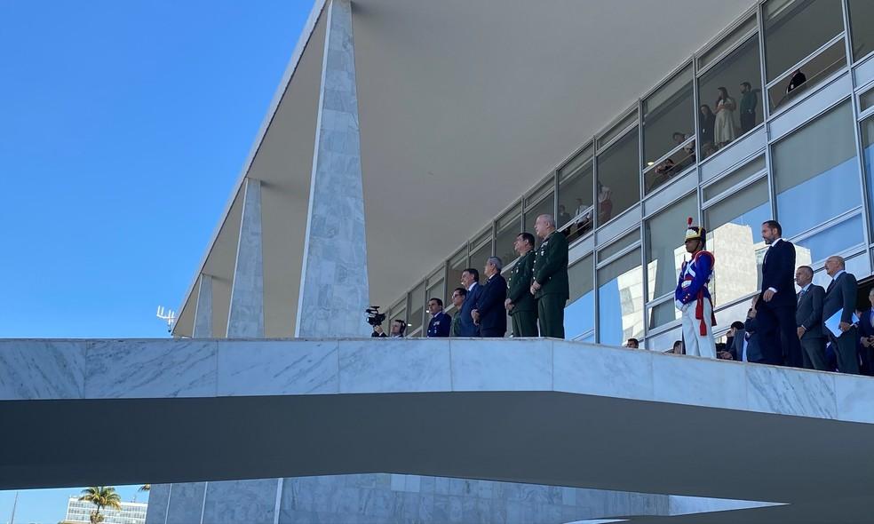 Bolsonaro, acompanhado de ministros e comandantes militares, aguarda no alto da rampa do Palácio do Planalto o convite da Marinha — Foto: Guilherme Mazui/G1