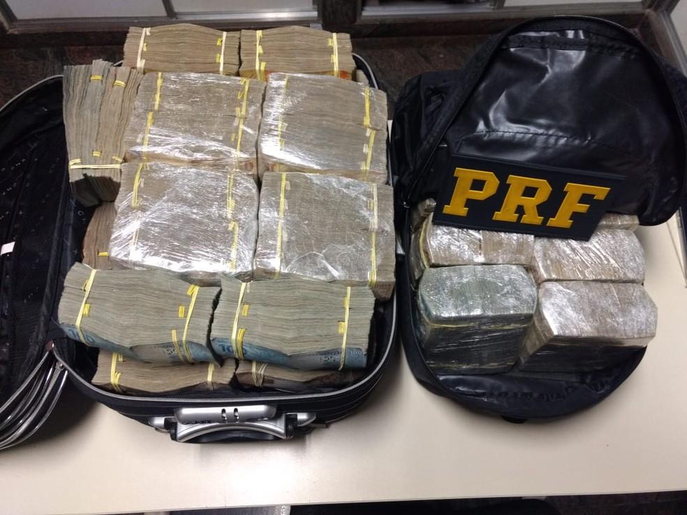 Dinheiro encontrado com os ex-policiais estava dentro de duas malas — Foto: Divulgação/PRF