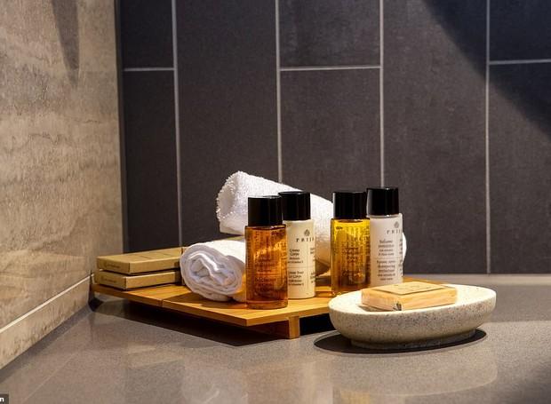 Os produtos do banheiro também são de uma marca vegana (Foto: Reprodução Hilton)