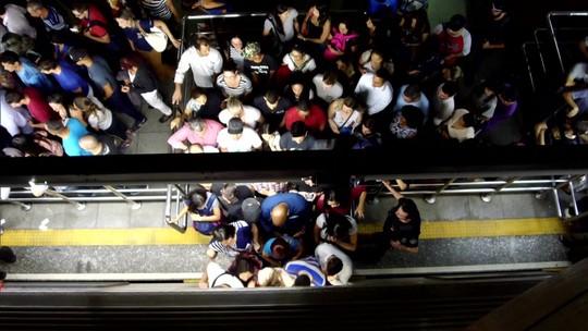 Exército expulsa militar flagrado em vídeo se masturbando no metrô